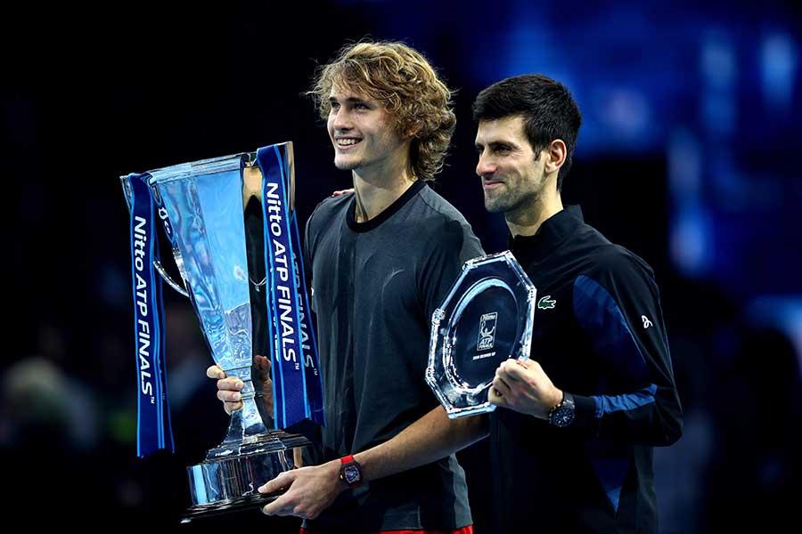 「Nitto ATPファイナルズ」で初優勝を飾ったズべレフ(左)をジョコビッチが称賛している【写真:Getty Images】