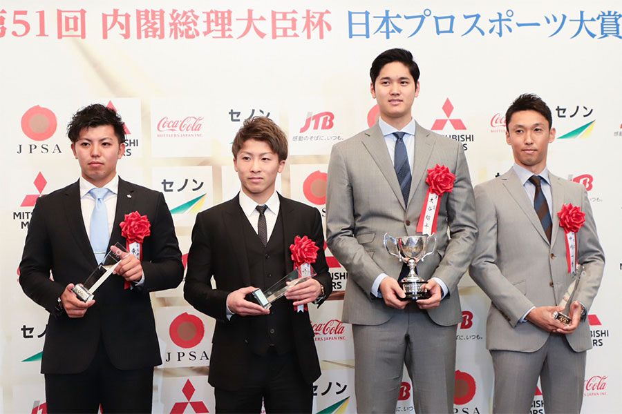 表彰式後には並んで写真撮影を行った井上尚弥(中央左)と大谷翔平(中央右)【写真:荒川祐史】