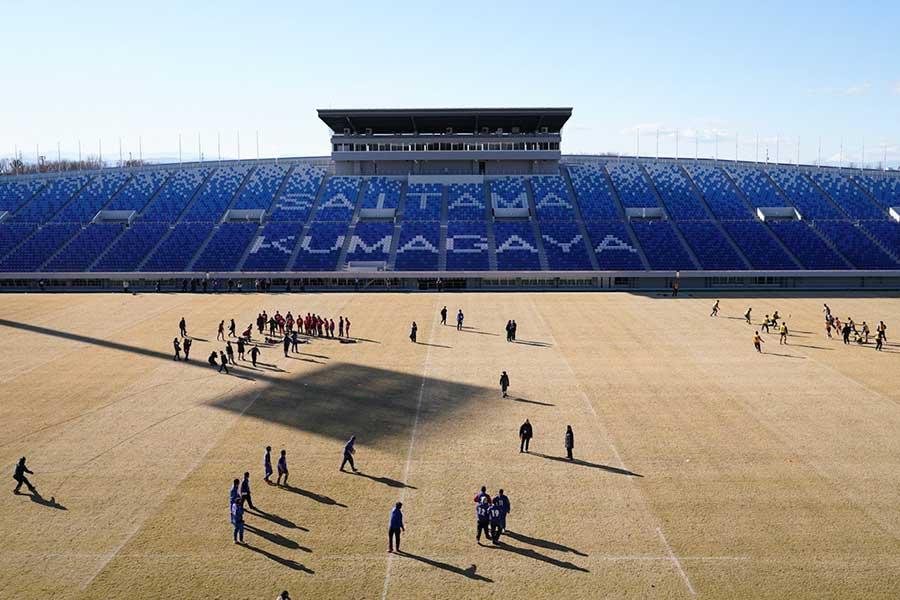 スタジアムには保護者、ファンら約1000人が詰めかけた【写真:荒川祐史】