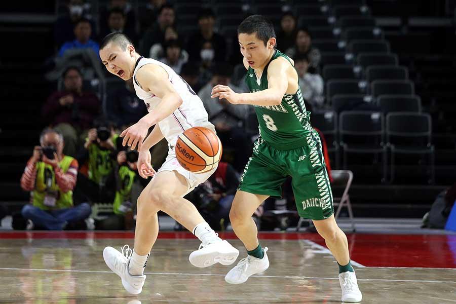 富永(左)からボールを奪う河村【写真:平野貴也】