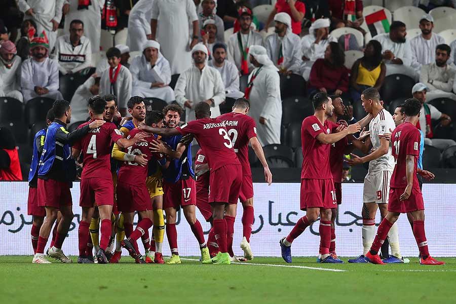 UAE相手にゴールを決め喜ぶカタールの選手達【写真:Getty Images】