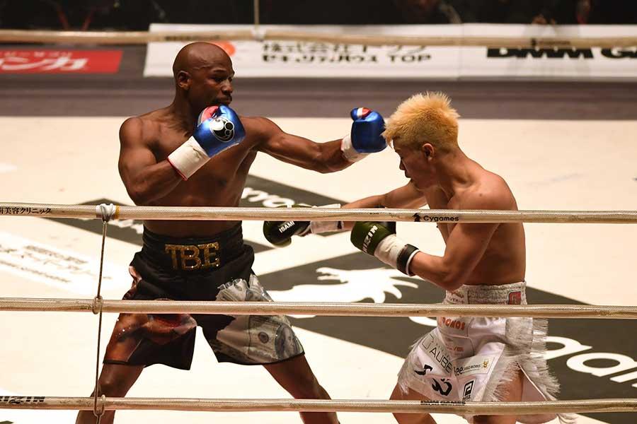 エキシビジョンマッチで対戦した那須川天心(右)とフロイド・メイウェザー【写真:Getty Images】