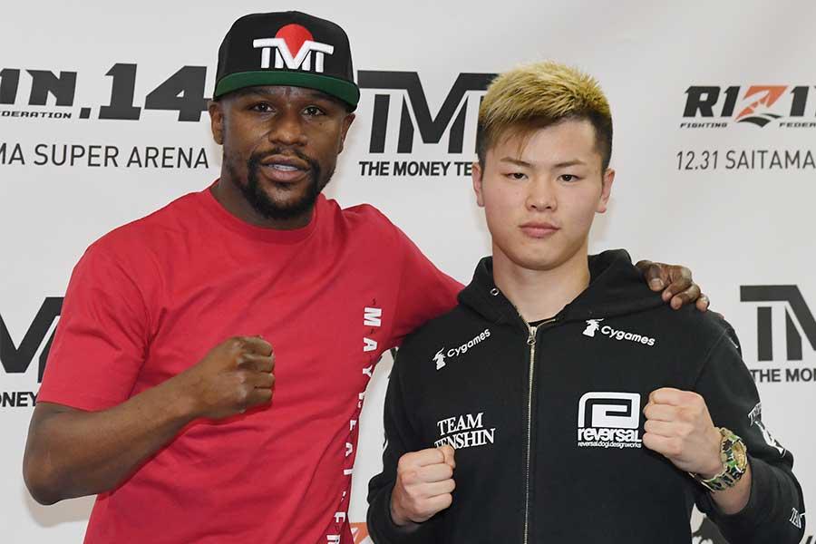 エキシビションマッチで対戦したフロイド・メイウェザ(左)と那須川天心【写真:Getty Images】