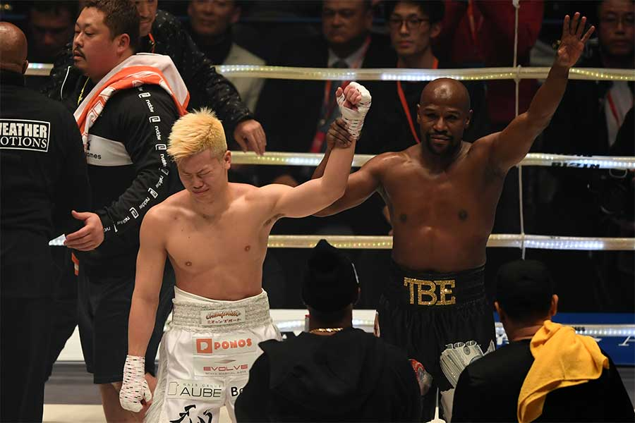 エキシビジョンマッチで対戦した那須川天心(左)とフロイド・メイウェザー【写真:Getty Images】