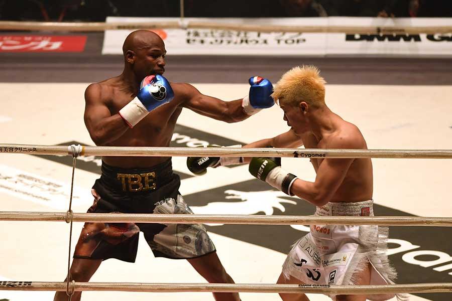 格闘技イベント「RIZIN.14」で対戦したフロイド・メイウェザー(左)と那須川天心【写真:Getty Images】