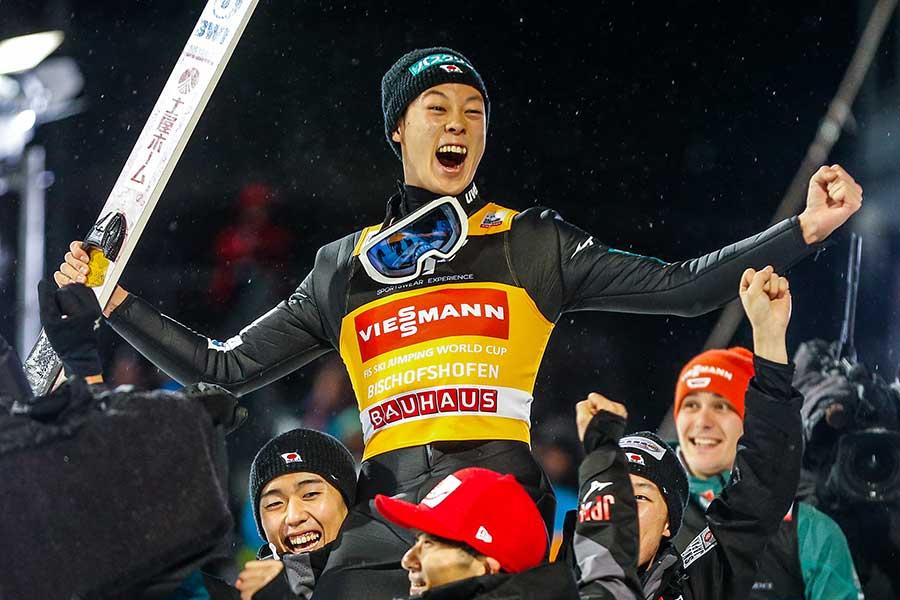 史上3人目となる4戦全勝のジャンプ週間総合Vを達成した小林陵侑【写真:Getty Images】