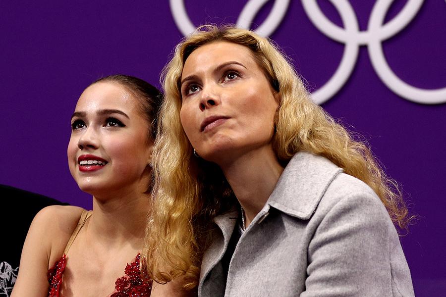 アリーナ・ザギトワ(左)とエテリ・トゥトベリーゼ氏【写真:Getty Images】