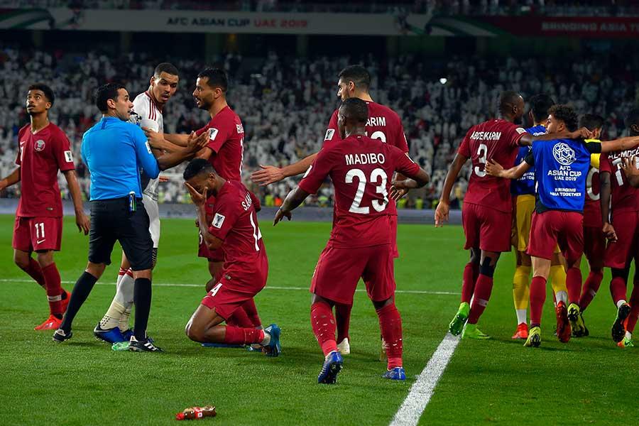 UAEサポーターからカタール選手に靴が投げ込まれるハプニングがあった【写真:Getty Images】