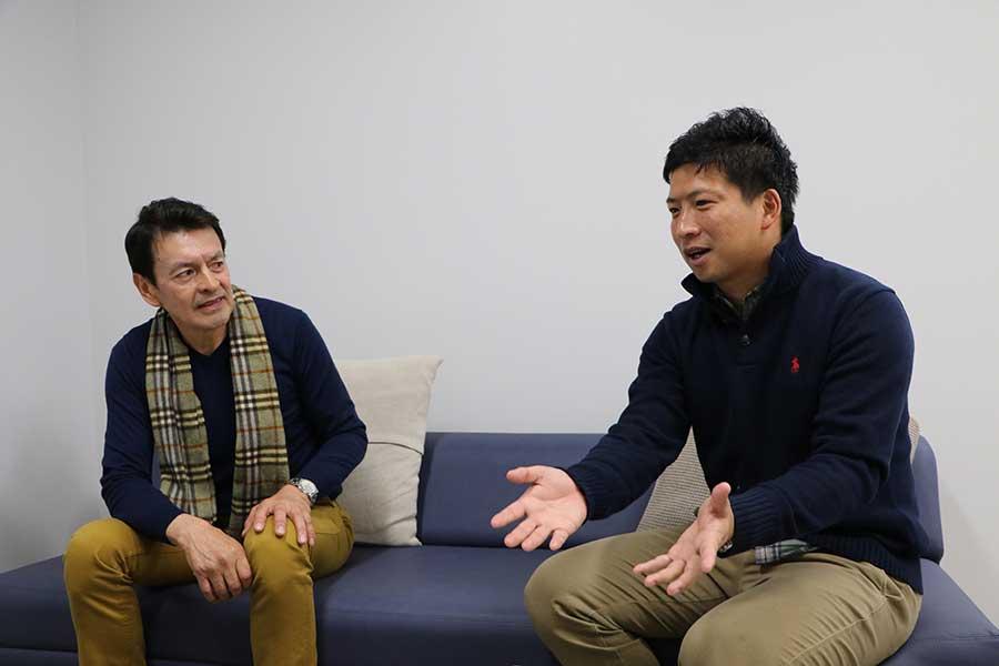 吉住氏(右)は子供の指導について悪い意味で日本の方が楽と語る【写真:編集部】