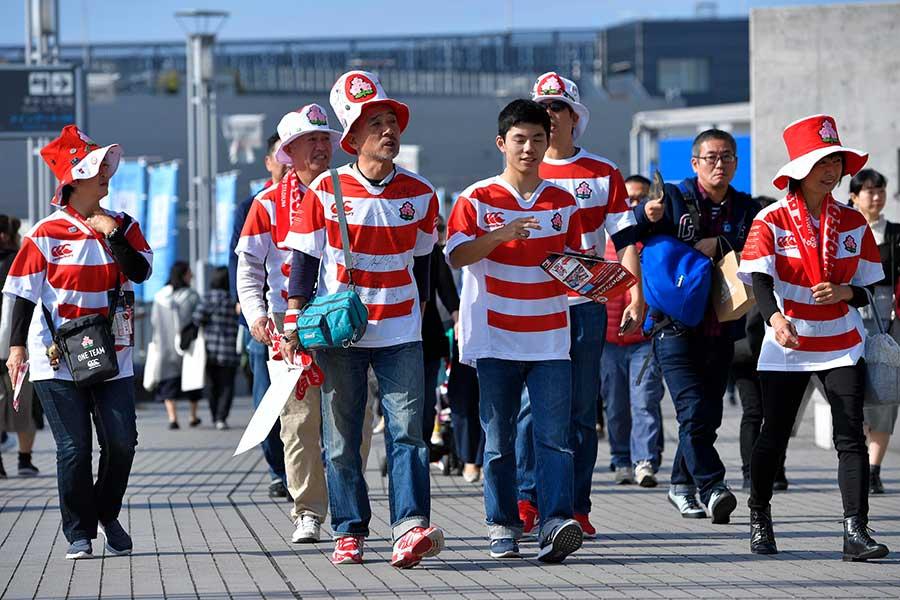 日本代表のユニフォームを着てスタジアムへ向かうファン【写真:Getty Images】