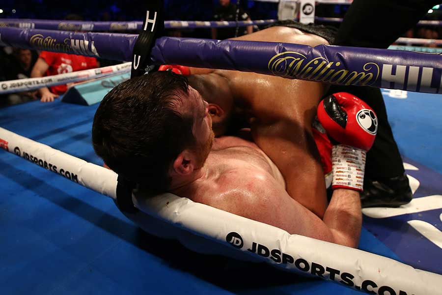 カッシュ・アリがデビッド・プライスに覆いかぶさるようにしてリングに倒れ込む【写真:Getty Images】