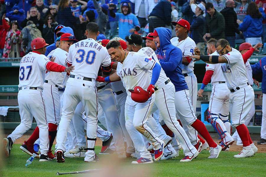 試合はレンジャーズがサヨナラ勝ちしたが、試合前の始球式には恐竜が登場【写真:Getty Images】