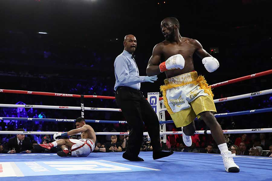 テレンス・クロフォード(右)がアミル・カーンを6回TKOで下す【写真:Getty Images】