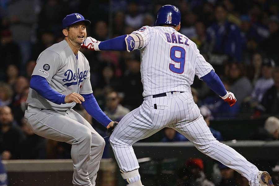 一塁手のタッチをかいくぐるハビアー・バエス【写真:Getty Images】