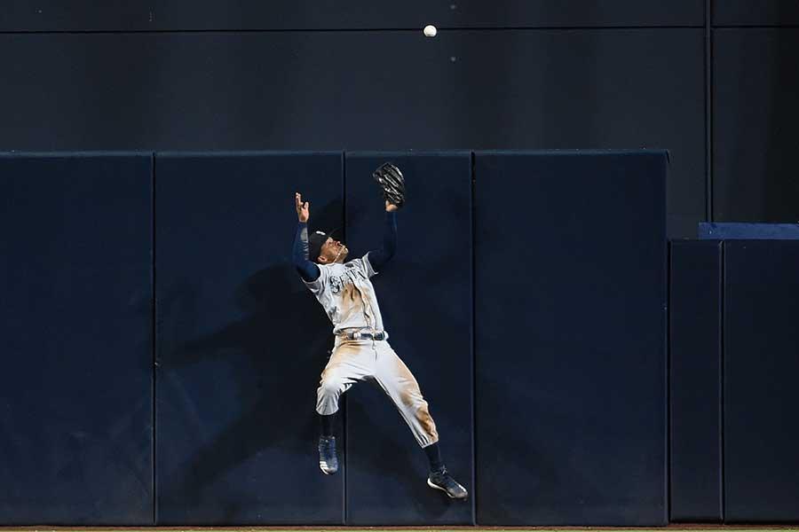 マリナーズのマレックス・スミスが打球をグラブで弾き、ボールはスタンドイン【写真:Getty Images】