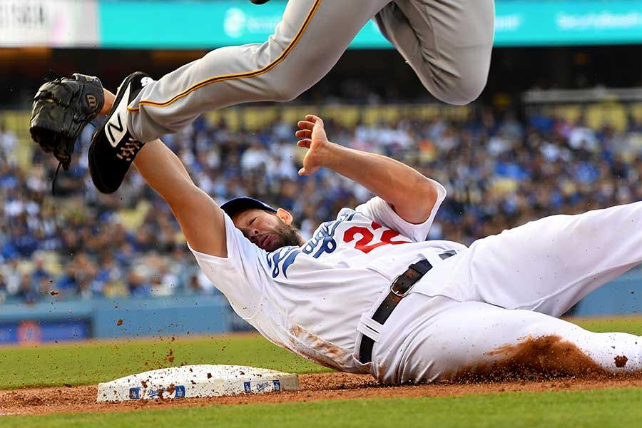 一塁で走者と交錯したドジャースのクレイトン・カーショー【写真:Getty Images】