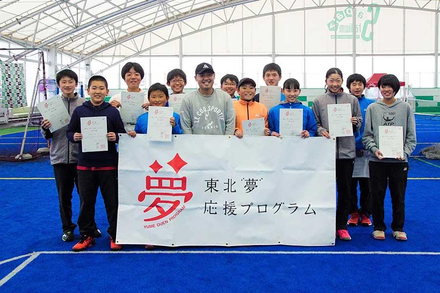 プロテニス選手の綿貫敬介と生徒たち【写真:村上正広】