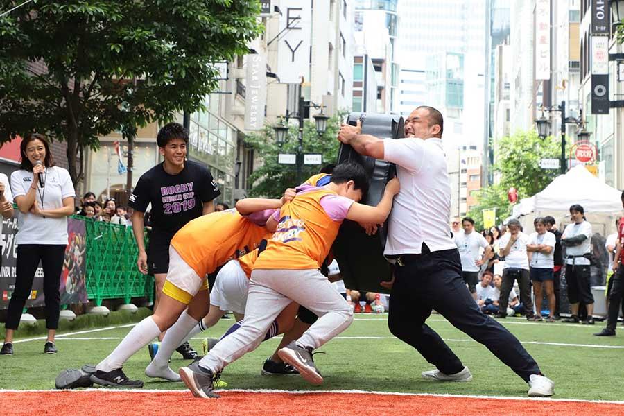 ラグビースクールの子供たちとのパワー対決【写真:荒川祐史】