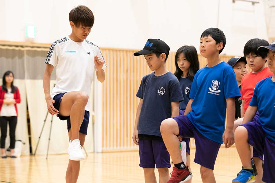 LCA国際小学校でランニング指導を実施した神野大地【写真:松橋晶子】