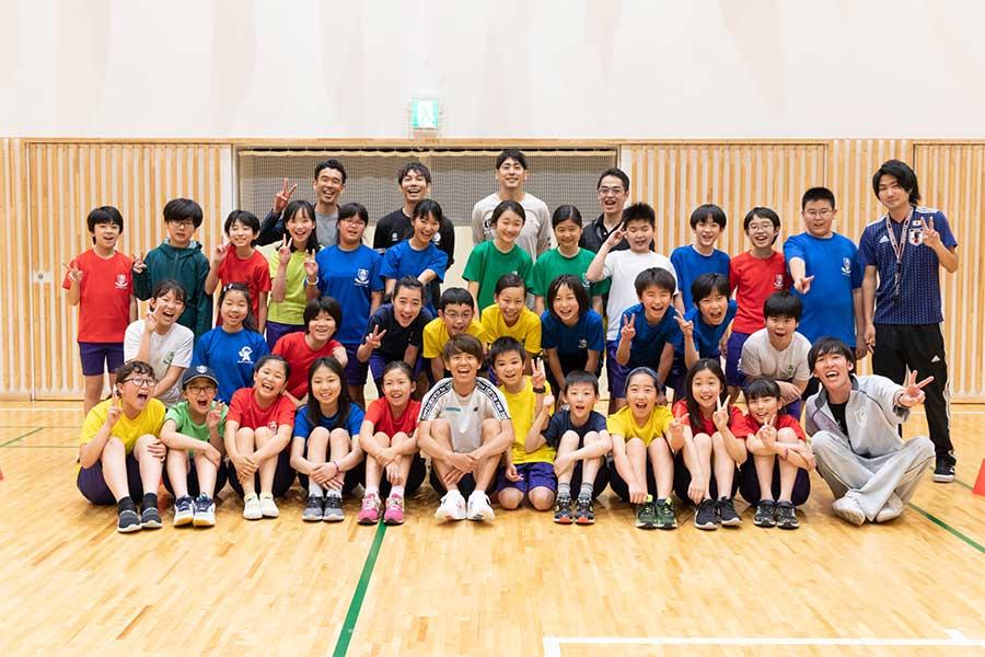 神野大地とLCA国際小学校の児童たち【写真:松橋晶子】