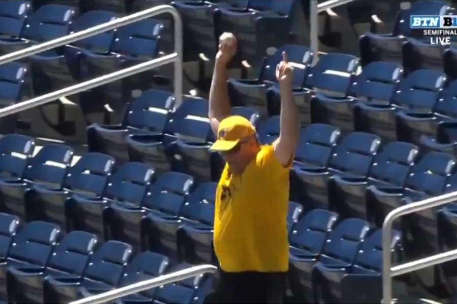 アイオワを支持する大人のファンがボールをつかんでガッツポーズ(写真はスクリーンショット)