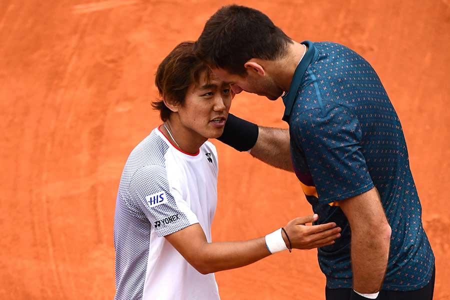 試合後に健闘を称え合う西岡(左)とデルポトロ【写真:Getty Images】