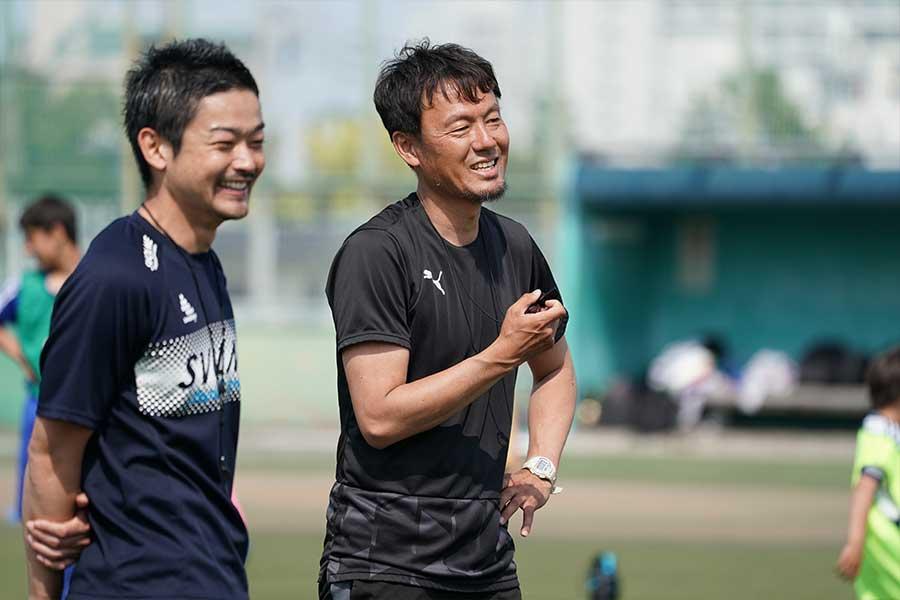 サッカー教室を開催した森岡氏(右)は、最後に子どもたちへのメッセージを送った【写真:高橋学】