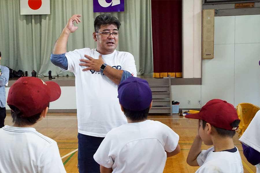 亀山氏は「失敗を恐れずに練習し続けて下さい」と子どもたちに伝えた【写真:村上正広】