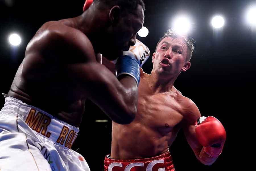 4回KO勝ちを収めたゲンナジー・ゴロフキン(右)【写真:Getty Images】