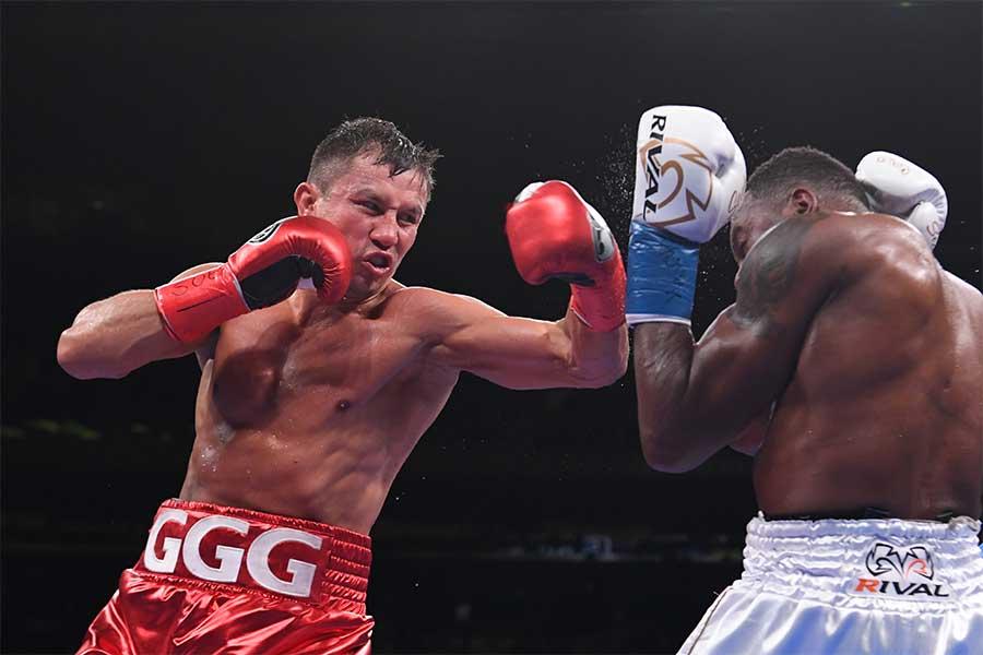 ゲンナジー・ゴロフキン(左)が4回KO勝ちを収める【写真:Getty Images】