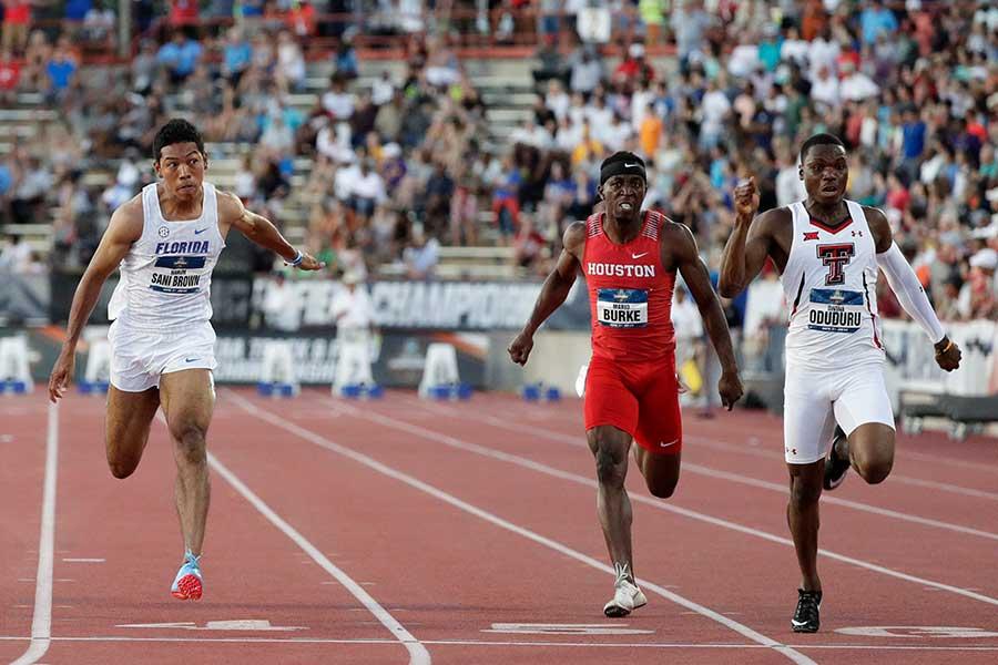 今季世界最高タイとなる9秒86をマークしたディバイン・オドゥドゥル(右)【写真:AP】