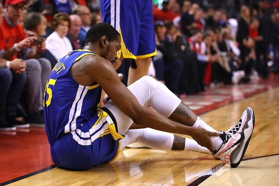 この試合で復帰したケビン・デュラントだったが、再び負傷した【写真:Getty Images】