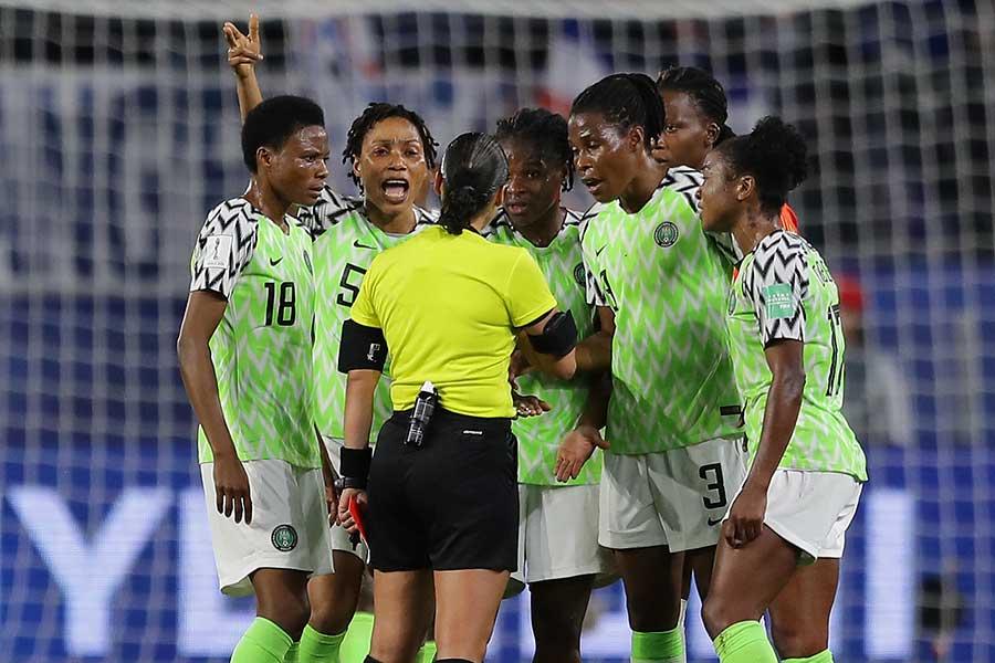 PKの判定に主審に抗議するナイジェリア代表の選手たち【写真:Getty Images】