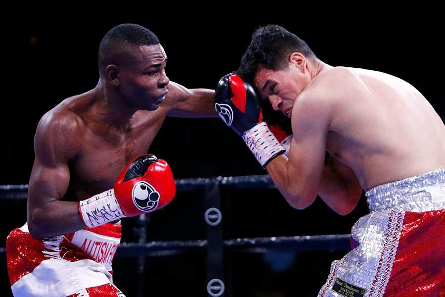 フリオ・セハに8回TKO勝ちしたギジェルモ・リゴンドー(左)【写真:AP】
