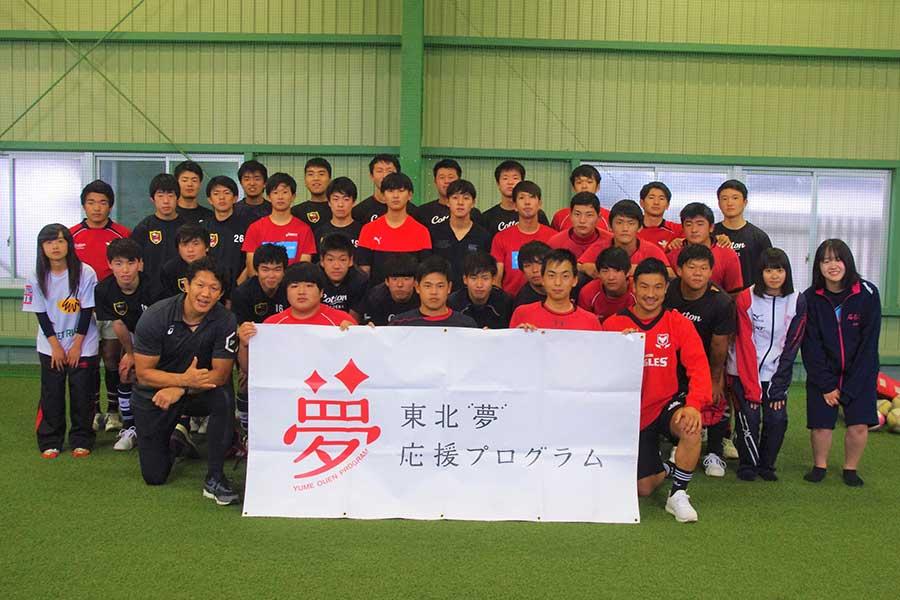菊谷崇氏と天野寿紀が宮城・石巻工業高校のラグビー部の生徒たちを指導した【写真:編集部】