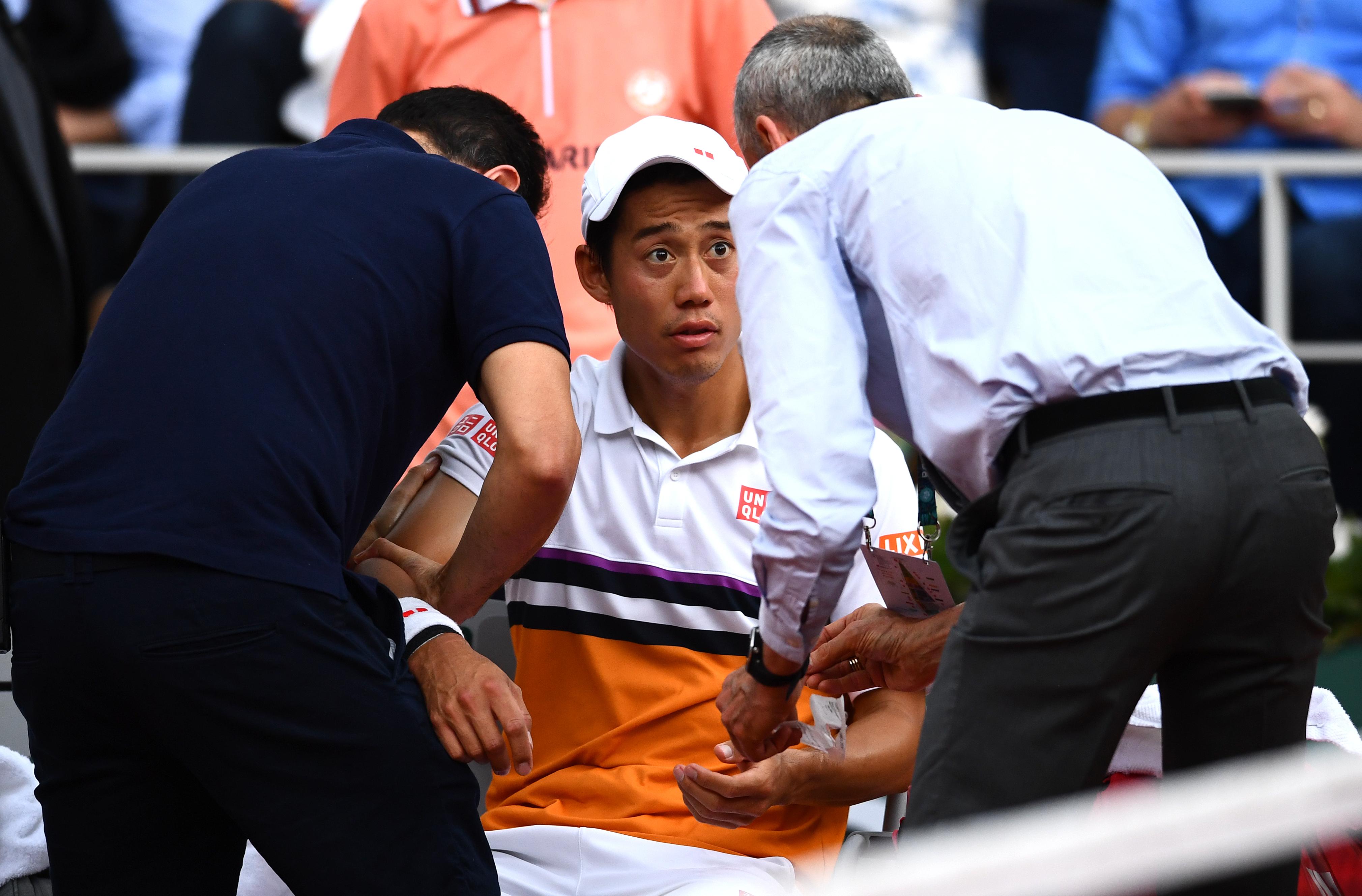 試合中に治療を受ける錦織【写真:Getty Images】
