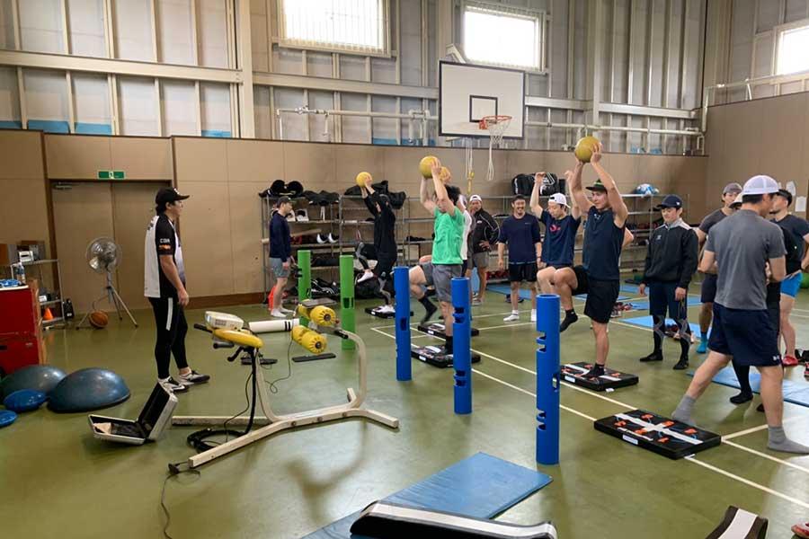 釧路市内の体育館で新生クレインズに体幹トレーニングを指導する木場氏【写真:編集部】