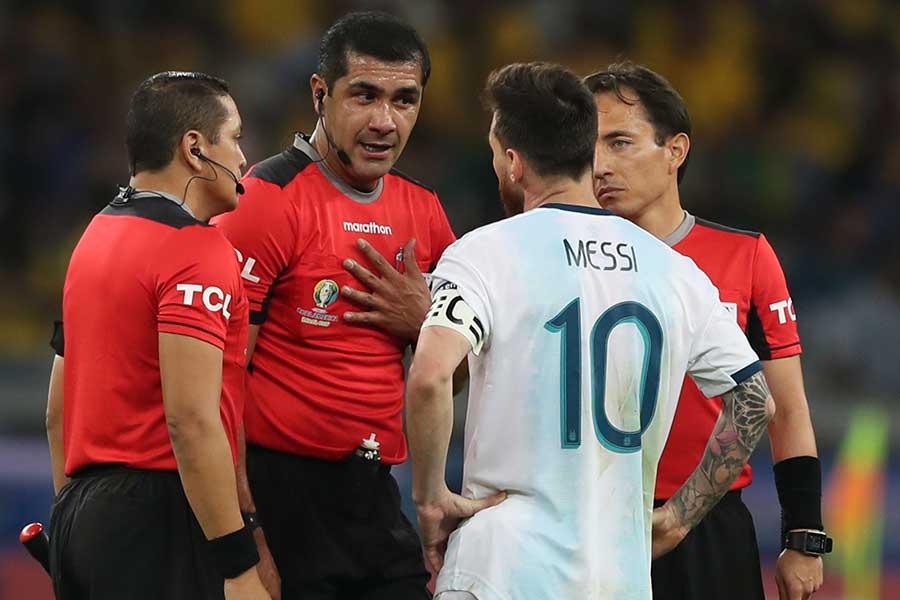 メッシも試合後には判定に対する不満を述べていた【写真:AP】