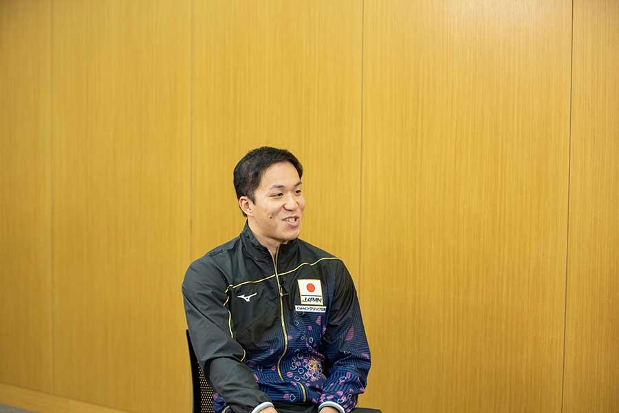 男子100メートル平泳ぎに出場する小関也朱篤【写真:テレビ朝日】