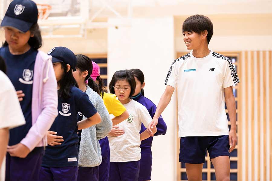 LCA国際小学校を訪れ、児童たちに走る楽しさを説いた神野大地【写真:松橋晶子】
