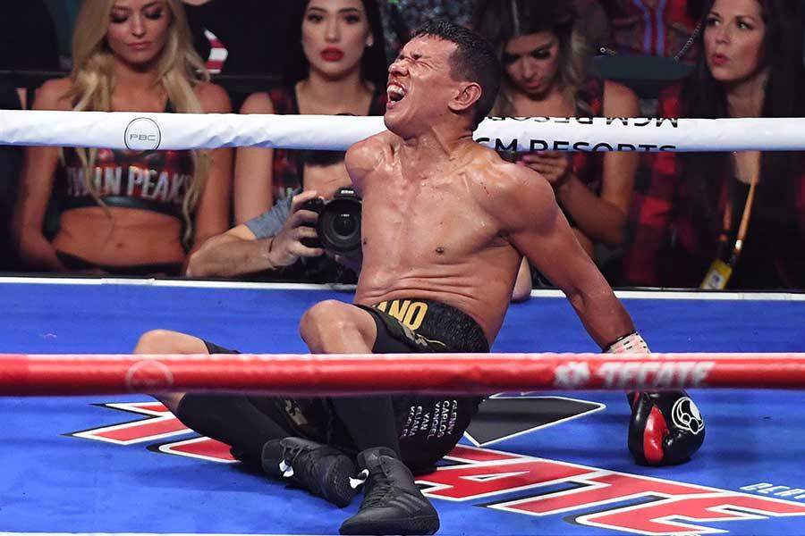 ルイス・ネリのボディーブローに顔をゆがめるフアン・カルロス・パヤノ【写真:Getty Images】