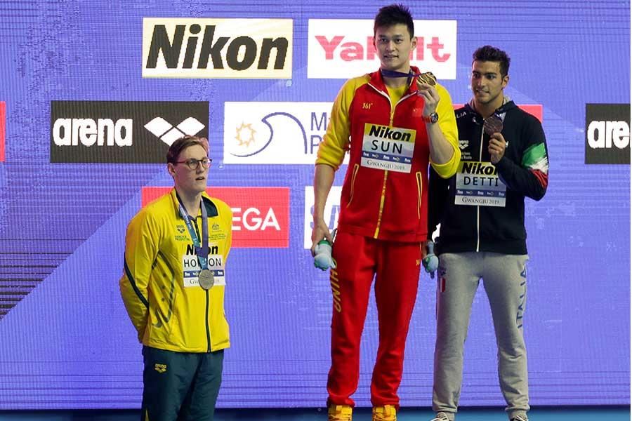 孫楊(中央)と表彰台を拒否したホートン(左)【写真:AP】