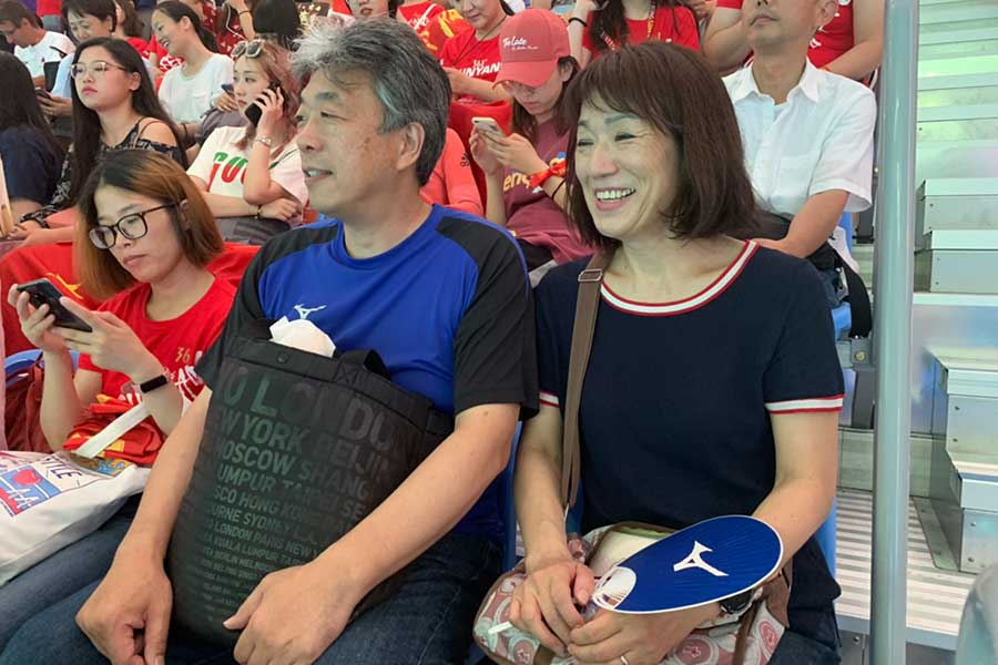 スタンドから生観戦した松元の父・達也さん(左)と母・夏江さん【写真:浜田洋平】