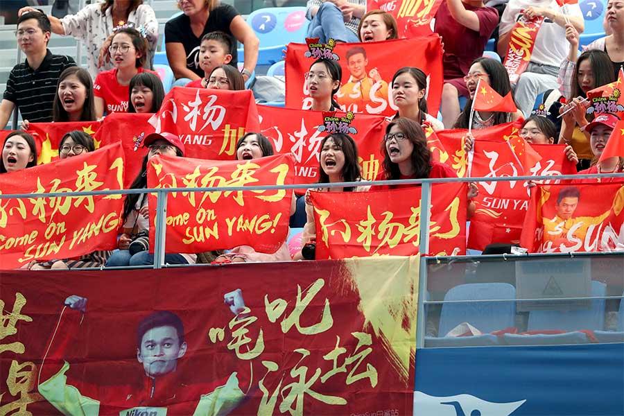 スタンドでは他国のファンが盛り上がる姿が目立つ【写真:Getty Images】