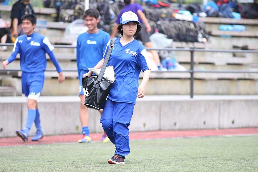 鹿児島城西サッカー部を支える、女子マネージャーの横山こころさん【写真:平野貴也】