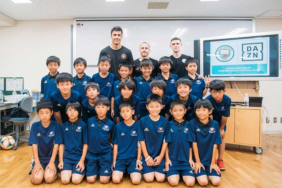 シティの選手たちが都内でサッカー少年に講演を行った【写真:(C) DAZN/Suguru Saito】