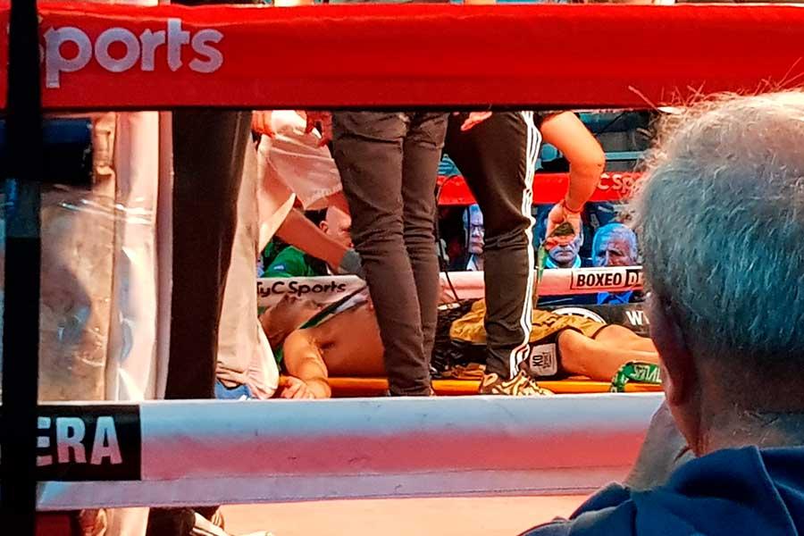 20日の試合、判定を待つ途中で意識を失ったウーゴ・サンティジャン【写真:AP】