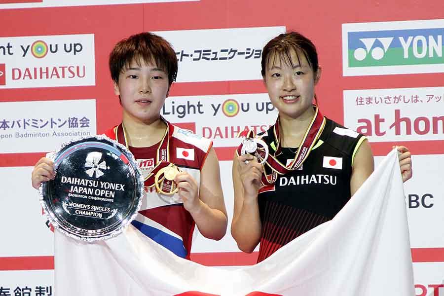 優勝した山口茜(左)と奥原希望【写真:平野貴也】