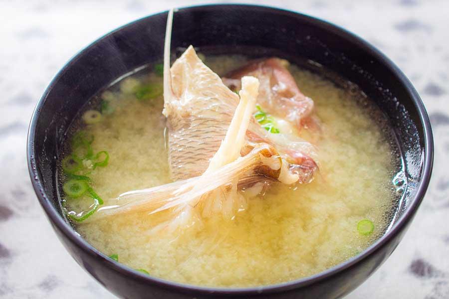 味噌汁など、温かいスープは疲れた胃腸の働きをサポートしてくれる