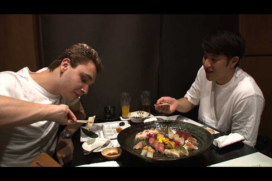 寿司を楽しんだミラークと瀬戸【写真:テレビ朝日】